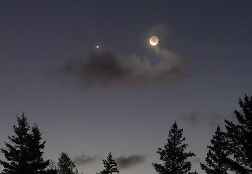 Crescent_moon_Venus_Sept_16_am_SMALL