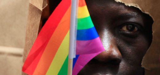 Un-demandeur-d-asile-ougandais-se-couvre-le-visage