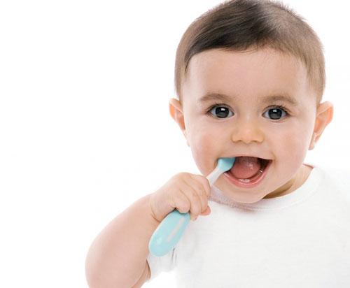 bebe-spala-dintisorii