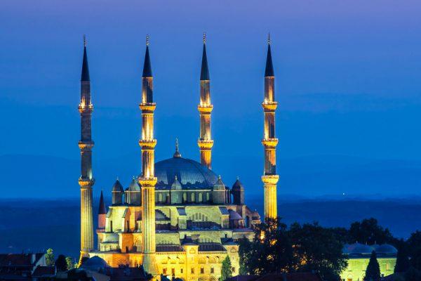 Die Selimiye-Moschee in Edirne, Türkei, wird in der Nacht spektakulär in Szene gesetzt