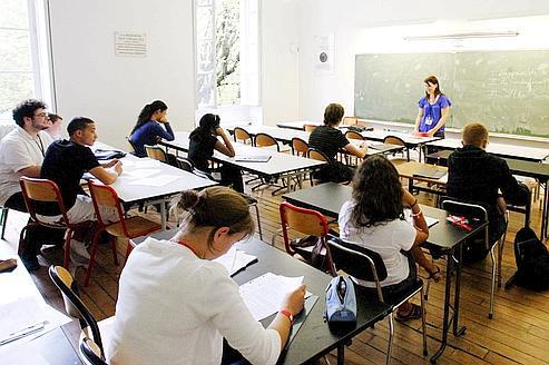 """Des étudiants de la prestigieuse école de la rue d'Ulm (E.N.S.) accueillent en stage des jeunes lycées issus de quartiers difficiles. Au programme : méthodologie et acquisition des """"bons reflexes""""."""