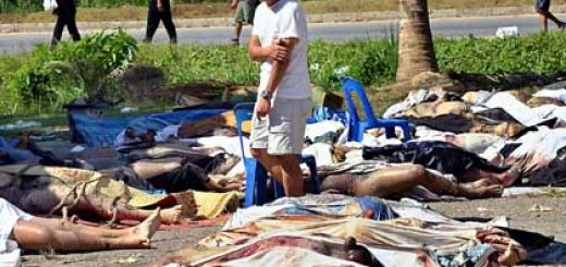 A Thai man looks at bodies of victims on the grounds of the damaged Khao Lak-Lam Ru National Park at the Lak Kan Buddhist temple in Phang Nga province, 788 km south of Bangkok, Thailand on Tuesday 28 December 2004. The official death toll was 918 Tuesday morning and rising as rescue workers continued finding bodies in six southwestern Thailand coastal provinces in the wake of Sunday's devastating tsunami. Foto: VINAI DITHAJOHN +++(c) dpa - Bildfunk+++