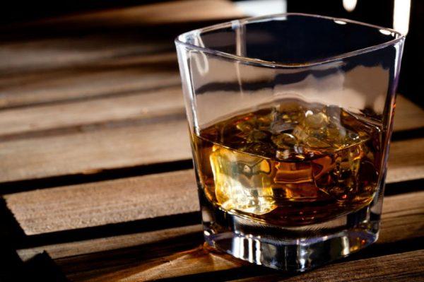 scuza-excelenta-pentru-un-pahar-de-tarie-3-motive-bune-ca-sa-bei-whiskey_size1